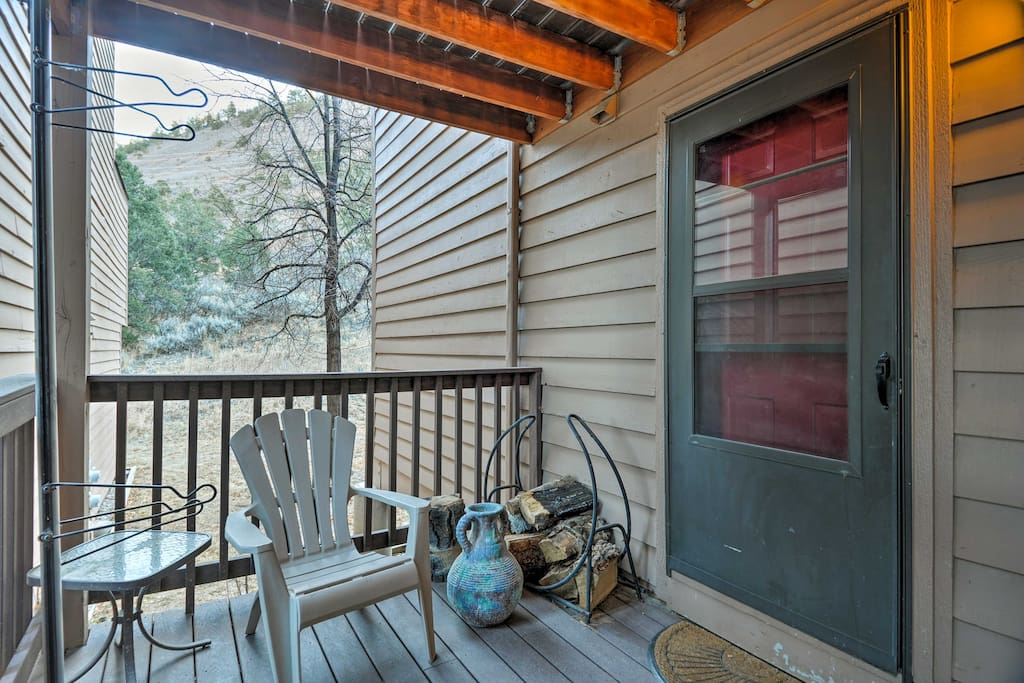 This unit features a back deck and comfortable accommodations for 4 travelers.