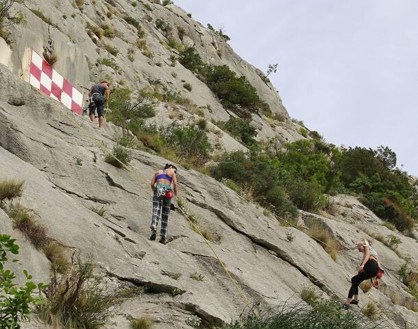 climbing over Brela