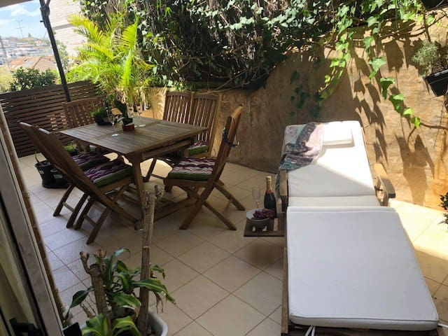 Private Balcony off Living and  roomy Bedroom . Everything you need for Bronte experience, short walk to everything!
