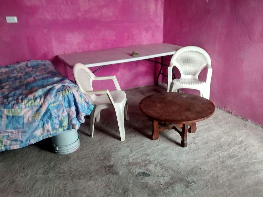 mesita de centro y mesa plegable , hasta 4 sillas