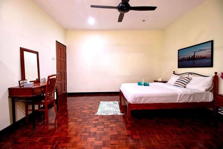 Exceptional BIg master room neae MRT Bandar UTama