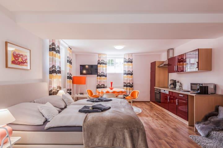 Großes stillvolles 70er-Retro-Apartment /Küche,Bad