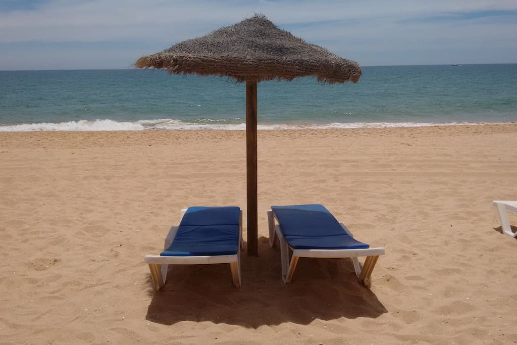 FREE - Shade & 2 beds at the beach