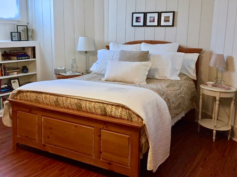 """""""Susan is the gold-standard of Airbnb."""" Catherine*****  Jump into your queen size Sterns and Foster bed. Luxuriate in Egyptian cotton sheets. All linens including mattress pad get washed before each guests arrival."""