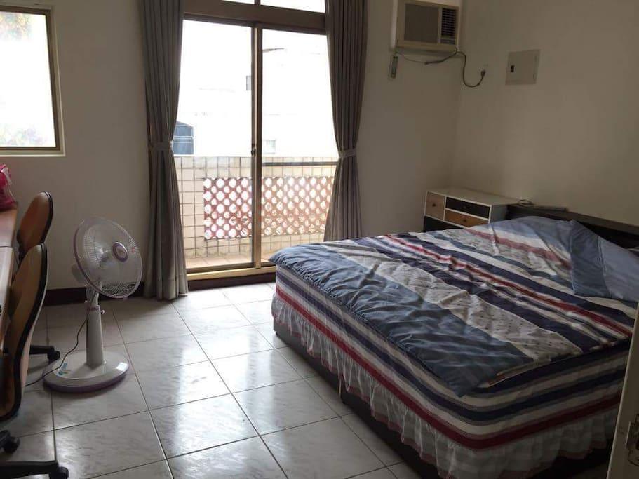 臥室共四間都有雙人床一間是套房