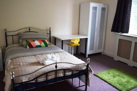 En-suite Bedroom 5 mins from Central Line (3) - Woodford - 獨棟