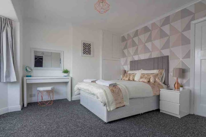 Fantastic double room in York. Parking