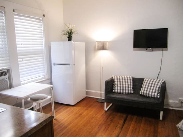 Close to Miracle Mile, Free Parking and WiFi