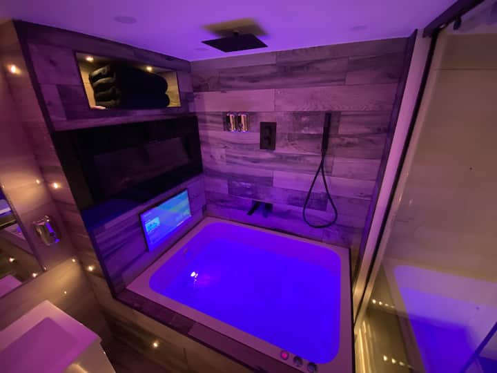 Suite 20 Hot Tub Designer Apartment