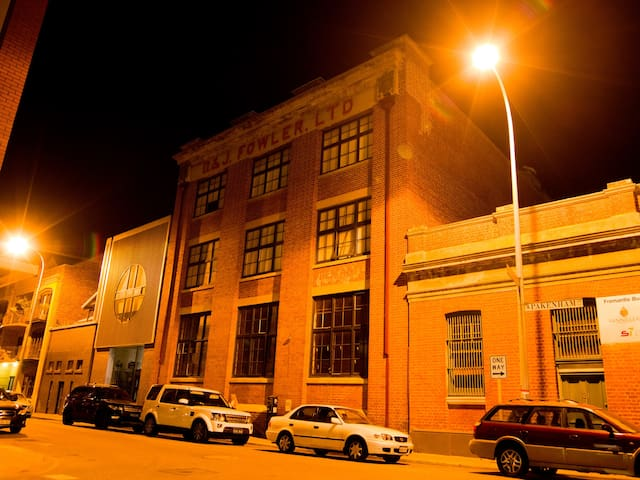 Authentic Warehouse Apartment in the West End - Fremantle - Byt