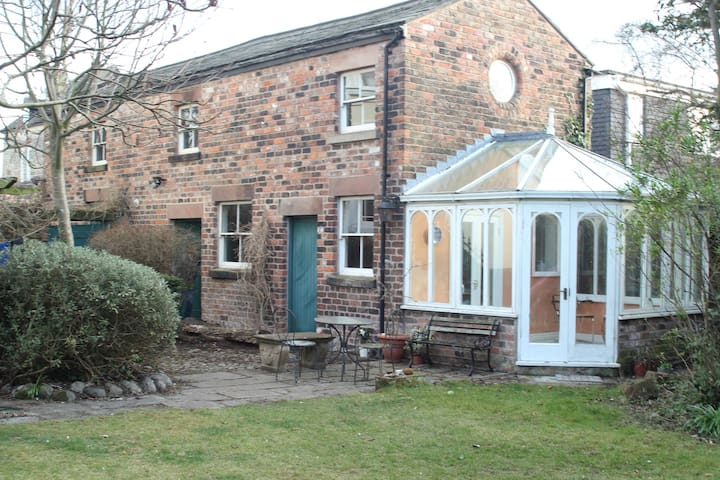 Private coach house in leafy area - Liverpool - House