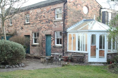 Private coach house in leafy area - 리버풀(Liverpool)