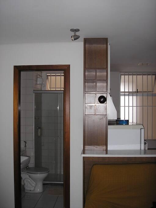 Entrada do banheiro e vinheira