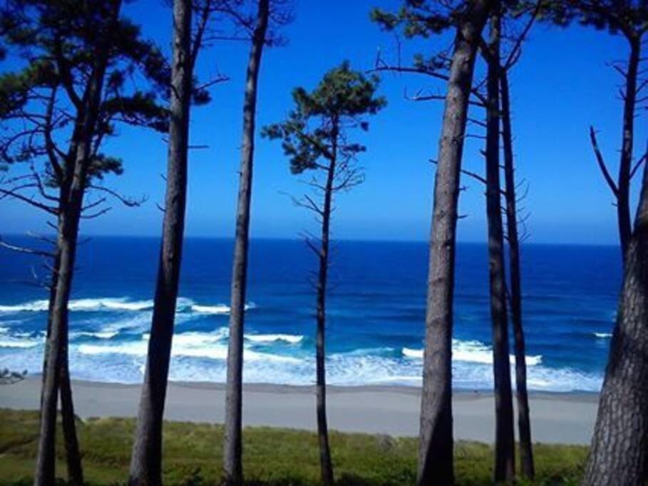 Playa de Frexulfe, esta maravillosa playa escondida por un bosque , muy tranquila y frecuentada por surfistas , aunque hay que tener respeto con sus aguas y no adentrarse demasiado si no se es un buen nadador .Es una maravilla para poder pasear y disfrutar de una comida  en el chiringuito  pirata de la misma o en el chiringuito del mirador con sus espectaculares vistas