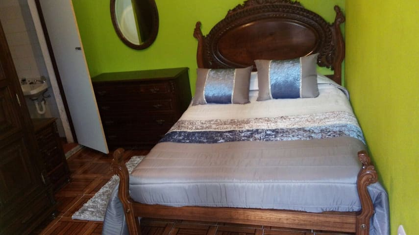 Brigth DOUBLE ROOM 9 + private BATHROOM in Porto - Porto - Casa