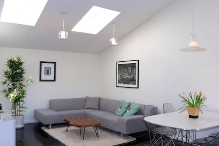 Modern guesthouse close to airport. Free parking.