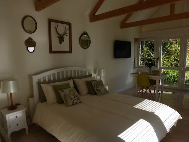 Spacious en-suite sleeps 2, private entrance