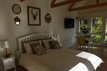 Spacious en-suite sleeps 2, private entrance - Penzance