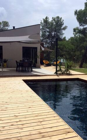 Grande piscine en faïence noire