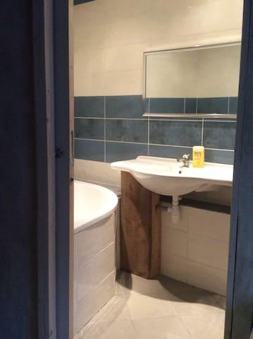 la nouvelle salle de bain : grande baignoire d'angle
