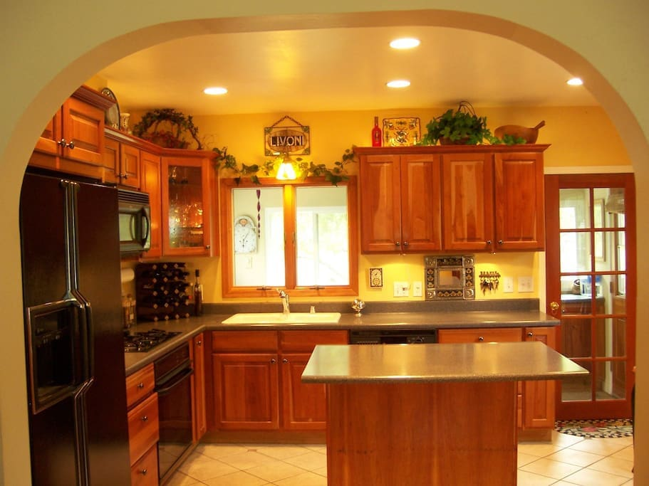 Classic, fully stocked kitchen