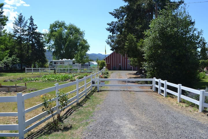 Jadens Family Farm with Private Entrance and Room