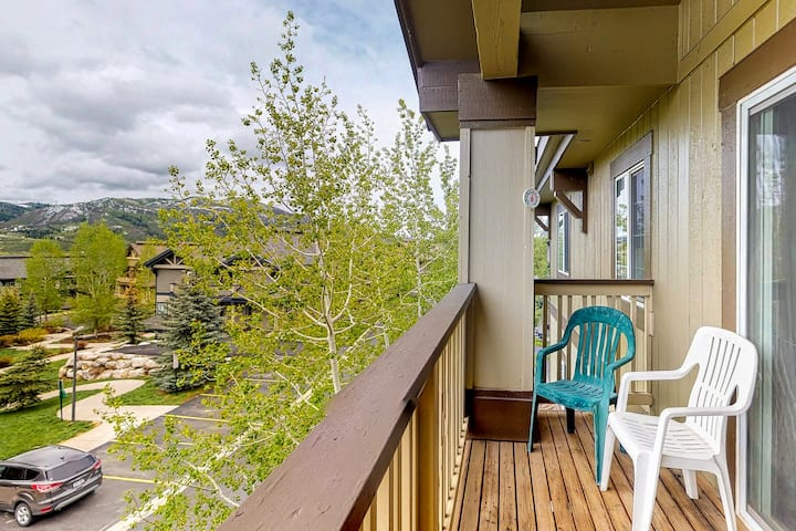 Mountain view condo w/ two balconies & gas fireplace - close to lifts!