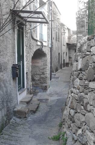 Il vicolo nel centro del paese e a sinistra il portoncino di entrata