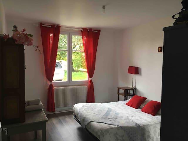 Chambre avec lit double très ensoleillée.