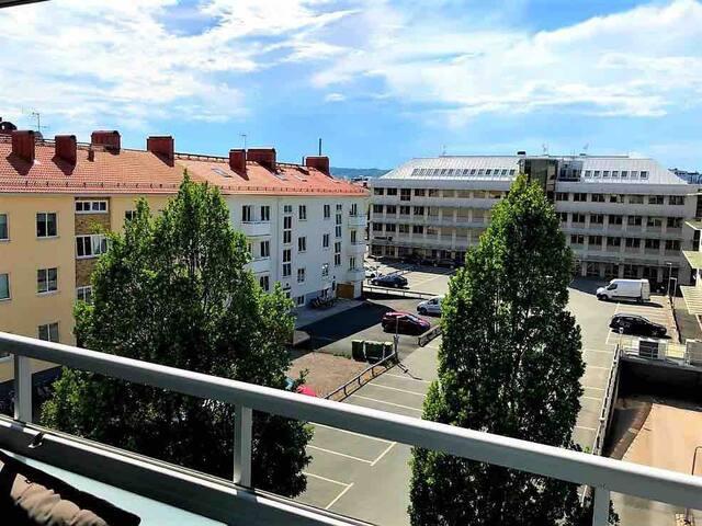 Central studio med stor inglasad balkong