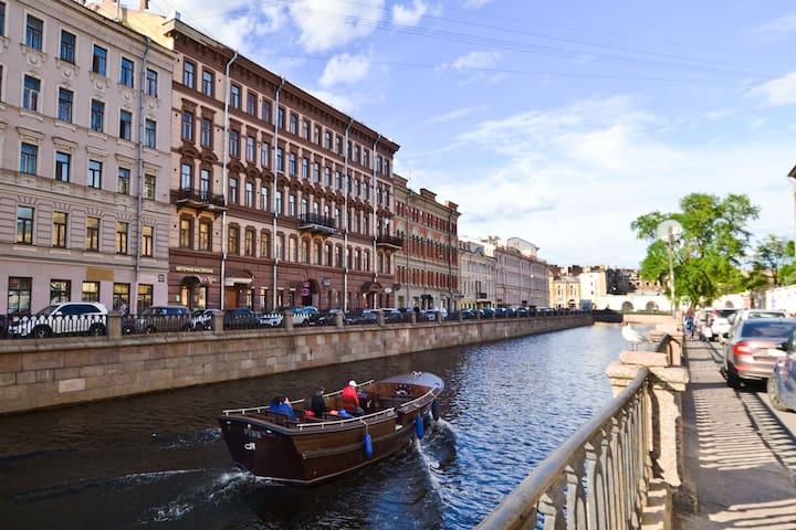 Дом у воды, на Набережной канала Грибоедова, в 70 метрах от Банковского моста (мост с Грифонами).