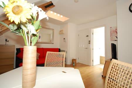 Beautiful Attic Apartment Sleeps 4 - London - Apartment