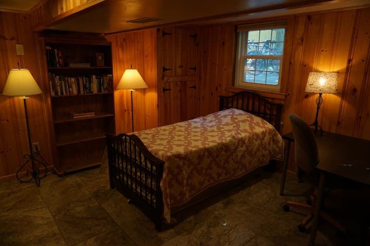 Cozy bedroom .5 miles from 695 with private entry.