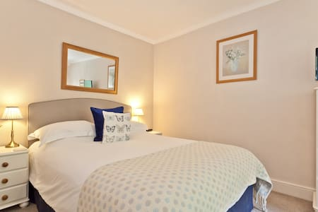 Double-en-suite room with king size bed
