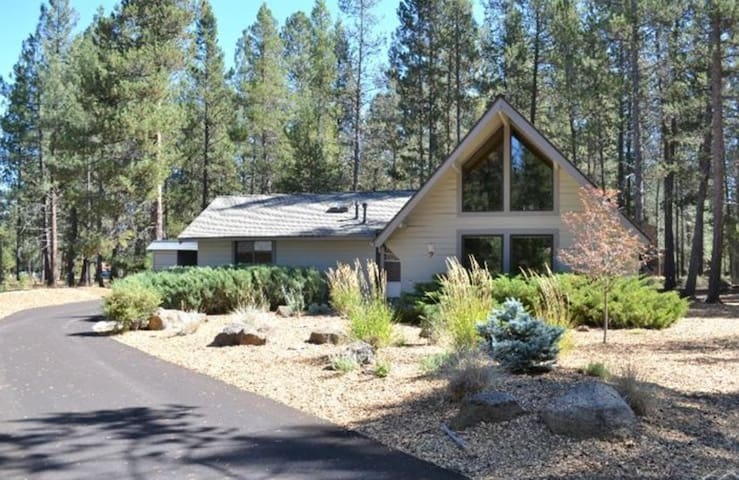 Steps from Village, 8 SHARC passes! - Sunriver - Hus