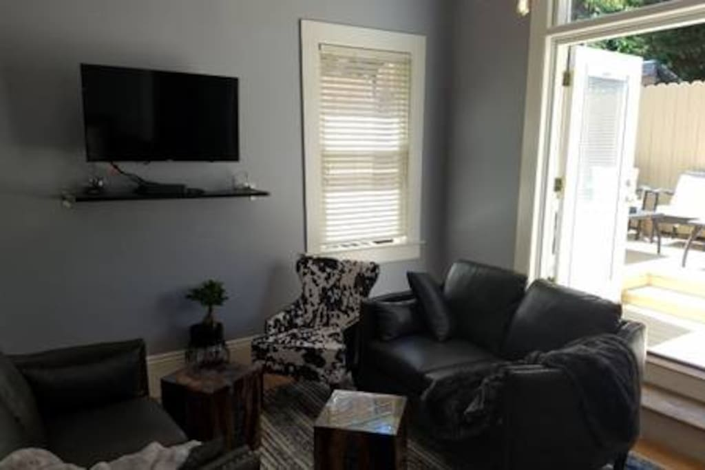 Comfortable living room, with porch doors