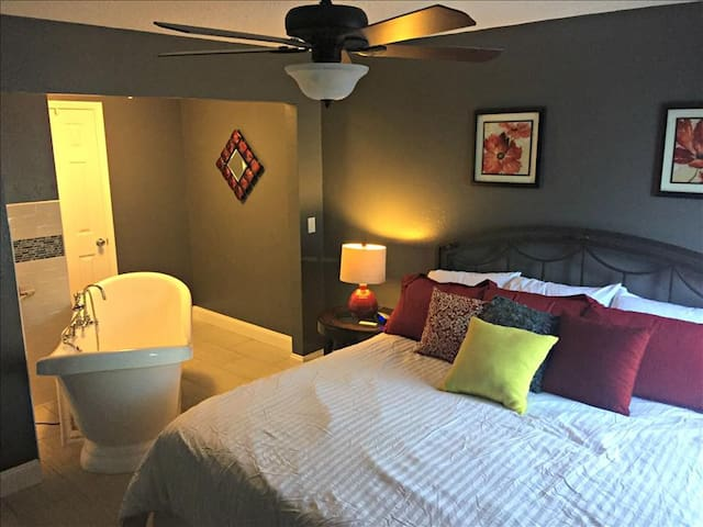 Romantic Spa Suite,, King Bed, Spa Tub, WIFI, In / Out Pools ( 39-16 ) - Branson - Apartmen