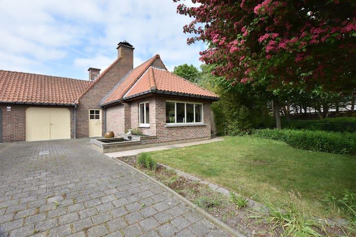 Rustig gelegen familiehuis met mooie tuin en op korte afstand van het strand