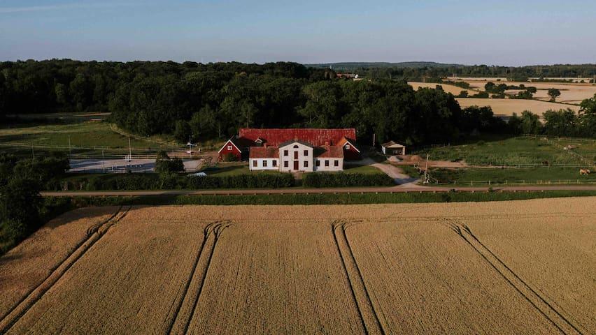 Vackert boende på landet med närhet till stan