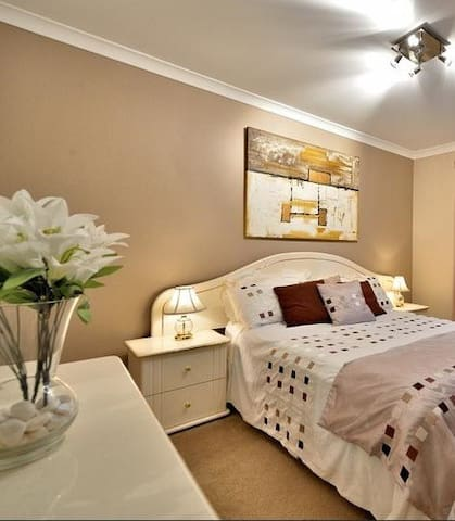 Leederville - Large Bedroom in Friendly House