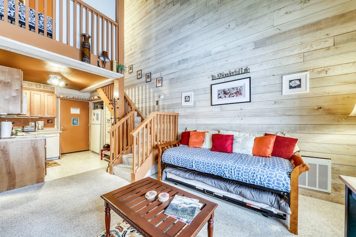 Mountain-chic studio near Dollar Mountain - includes shared pool & hot tub!