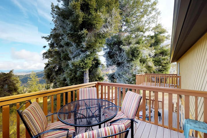 Bright family-friendly home w/ valley views, ski-in location, & shared hot tub!