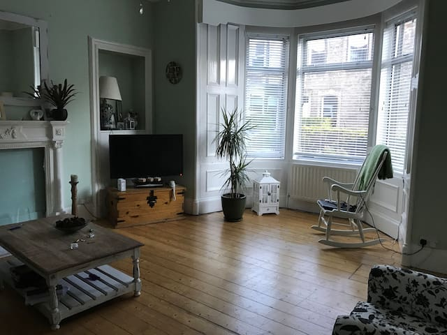 Room 15 mins from city centre parking and garden