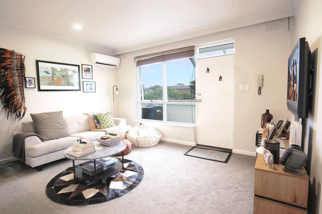 Light-filled apartment within walking distance of tram, train and bus stations, foreshore, night life and restaurants.