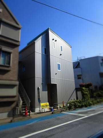 K&M OOIMACHIの、宿泊料金はルームチャージ制です。渋谷へは駅から電車で12分で到着します。
