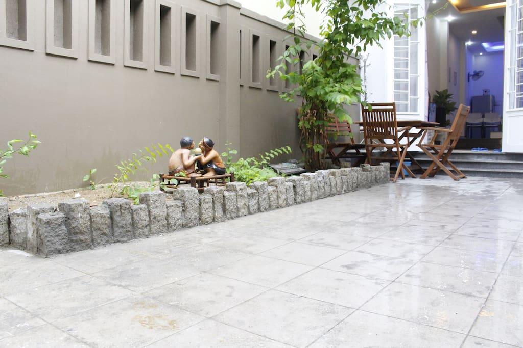 Bàn và ghế là nơi tuyệt vời để thư giãn với dừa và / hoặc cà phê ngâm trong bầu không khí tươi mỗi sáng