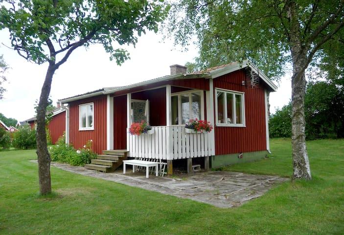 Liten stuga med härlig trädgård på Kinnekulle - Källby - Srub