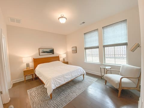 Upscale Private Room, Short Walk to Everything!
