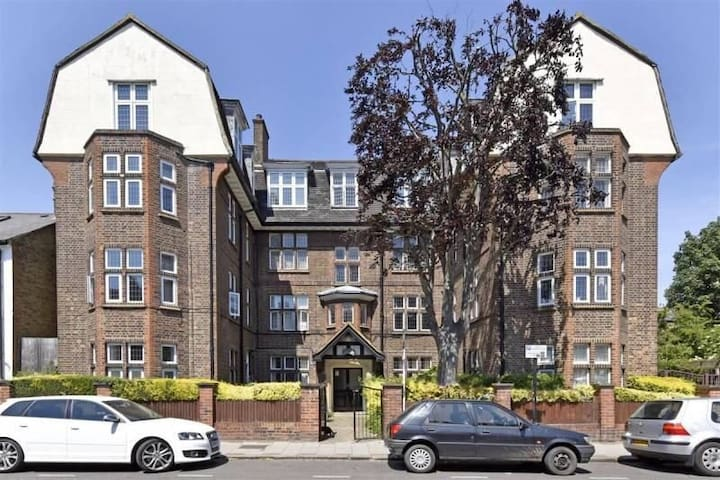 Private room in 3 bedroom flat in Clapham South