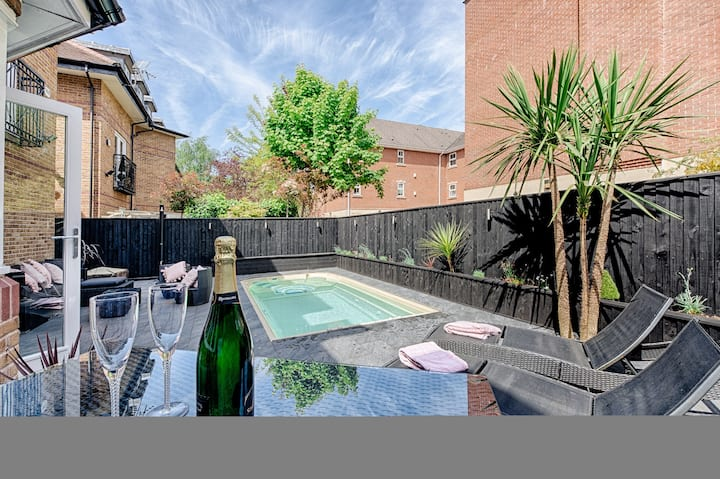 Luxurious Home. Choice 2 Private Double Bedrooms.